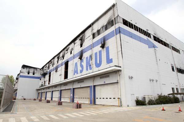 廃墟と化した巨大倉庫…(C)日刊ゲンダイ