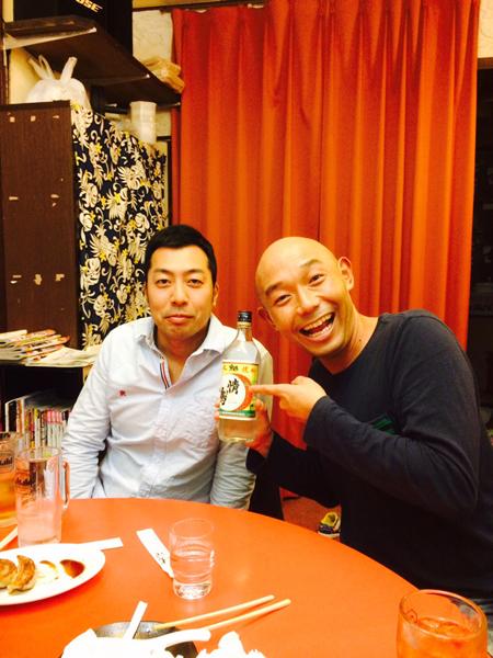 八丈焼酎「情け嶋」の蔵元を営むそうすけの同級生(左)/(提供写真)