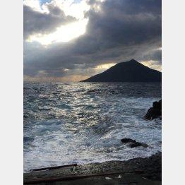 7.5キロメートル先には無人島「八丈小島」/(提供写真)