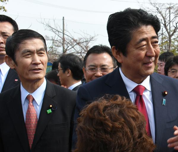 今村前復興相(左)の発言が政権の姿勢を象徴(C)日刊ゲンダイ