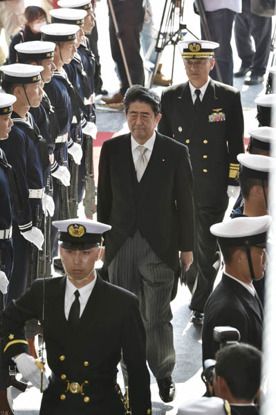 海上自衛隊観艦式での安倍首相(15年10月)/(C)日刊ゲンダイ