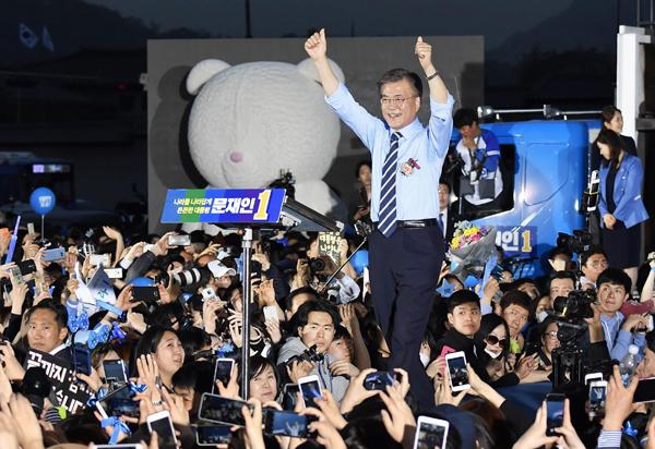 朴槿恵を追い込んだ光化門広場で最後のお願い(C)共同通信社