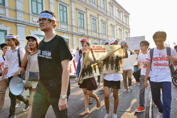 バンコクでは政治集会を開いた学生らが連行されたことに抗議のデモが(C)共同通信社
