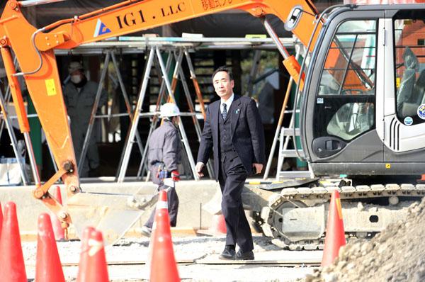 森友学園内を歩く籠池前理事長(3月)/(C)日刊ゲンダイ