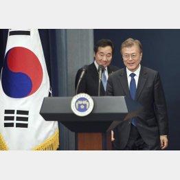 文在寅大統領が首相候補に指名した李氏(左)