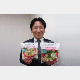 パッケージサラダを手にする商品部次長の藤田将さん(C)日刊ゲンダイ