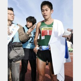 別府読売マラソンで報道陣に囲まれる(C)共同通信社