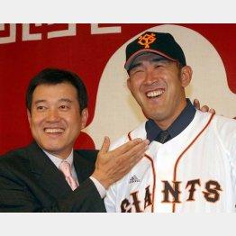 06年12月の入団会見で原監督(左)と筆者/(C)日刊ゲンダイ