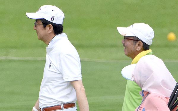 安倍首相と加計孝太郎氏(右)はゴルフを楽しむ仲(C)日刊ゲンダイ
