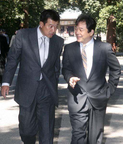 07年の春季キャンプ時の原監督(左)と清武代表/(C)日刊ゲンダイ