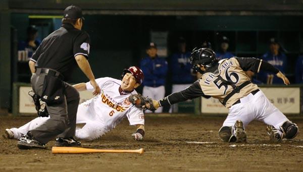 藤田(左)の好走塁もあって大逆転(C)共同通信社
