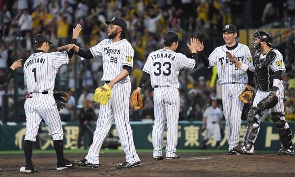 中日に競り勝って4連勝し喜ぶ阪神ナイン(C)共同通信社