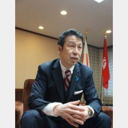 インタビューに答える米山隆一新潟県知事(C)日刊ゲンダイ