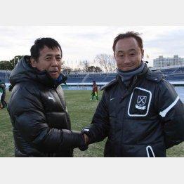 大阪体育大の先輩、星稜(石川)の河崎監督(左)と握手する黒田監督/(C)Norio ROKUKAWA/office La Strada