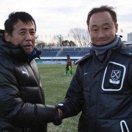 大阪体育大の先輩、星稜(石川)の河崎監督(左)と握手する黒田監督