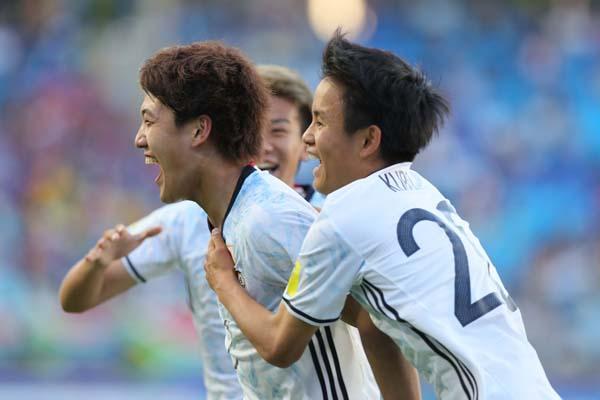勝ち越しゴールを決め喜ぶ堂安(左)と久保 (C)Norio ROKUKAWA/Office La Strada