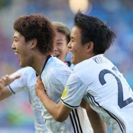 勝ち越しゴールを決め喜ぶ堂安(左)と久保