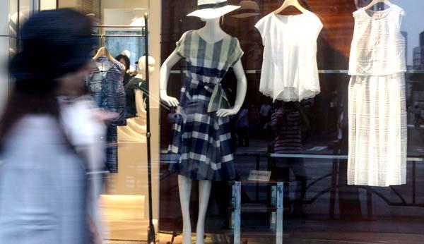 衣服などの消費が増加というが…(C)日刊ゲンダイ