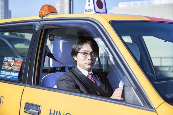 運転用眼鏡をかけた日の丸交通の運転手(提供写真)