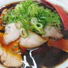 """京都に来たら「新福菜館本店」 真っ黒のスープに""""肉多め"""""""