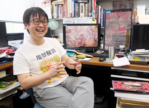 「地獄探訪」と書かれたTシャツを着て迎えてくれた(C)日刊ゲンダイ