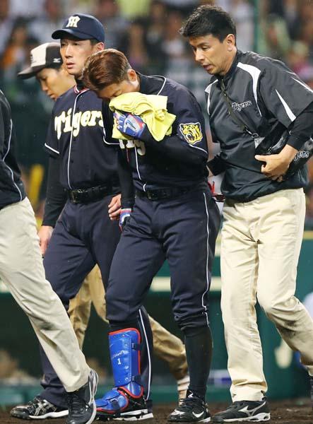 死球を受けベンチに戻る阪神・鳥谷(左は金本監督)/(C)共同通信社