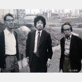 77年、カナダのカンバイチャンスの製油所跡を訪れた半藤氏(左)と松本清張氏(右)/(提供写真)