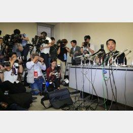 100人以上の報道陣が詰めかけた(C)日刊ゲンダイ