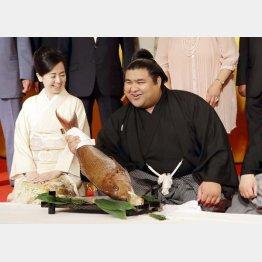 伝達式を終え満面の笑顔(C)日刊ゲンダイ