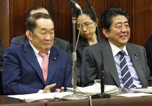 余裕の審議入り(C)日刊ゲンダイ