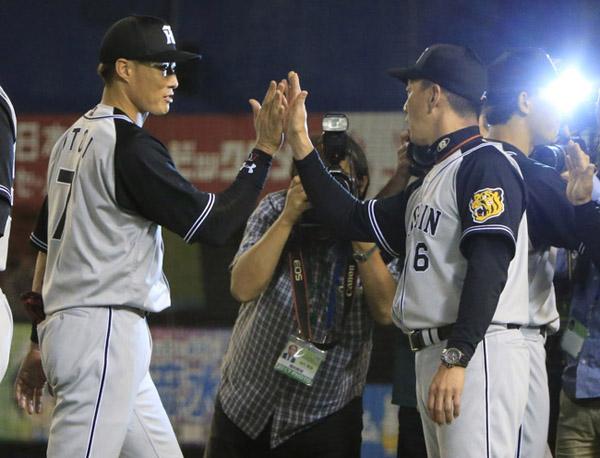 ロッテに連勝し金本監督とハイタッチする糸井(左)/(C)日刊ゲンダイ