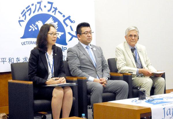 記者会見を行った元自衛官の井筒高雄氏(央)/(C)日刊ゲンダイ