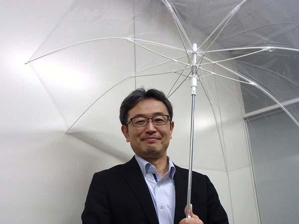 セブンプレミアム「風に強いビニール傘」(C)日刊ゲンダイ