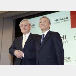 日立製作所の中西会長(右)と東原敏昭社長/(C)日刊ゲンダイ