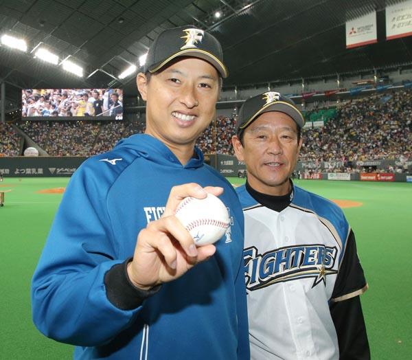 ウイニングボールを手に栗山監督(右)とポーズをとる村田(C)共同通信社