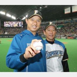 ウイニングボールを手に栗山監督(右)とポーズをとる村田