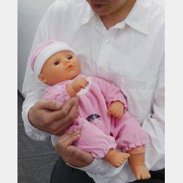 フランスベッドの赤ちゃん型ロボット「泣き笑いたあたん」(C)日刊ゲンダイ