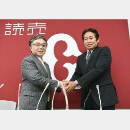 新任の石井球団社長(左)と会見に臨んだ鹿取GM/(C)共同通信社