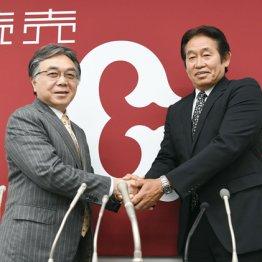 新任の石井球団社長(左)と会見に臨んだ鹿取GM