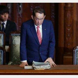 法案が可決され一礼する金田法相(C)日刊ゲンダイ