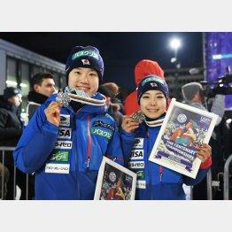 世界選手権では伊藤有希(左)が銀、高梨沙羅が銅メダルを獲得(C)共同通信社