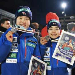 世界選手権では伊藤有希(左)が銀、高梨沙羅が銅メダルを獲得