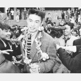 日本記録をマークした94年オフ、母校の愛工大名電高を訪れたイチロー(C)共同通信社