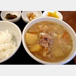 """「吉田とん汁屋」の""""豚汁""""/(C)日刊ゲンダイ"""