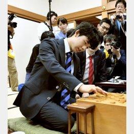 報道陣に見守られる藤井聡太四段(C)共同通信社