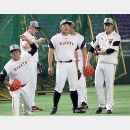 練習する投手陣(左から、田口、マシソン、山口俊、菅野)/(C)日刊ゲンダイ