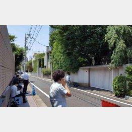 自宅前に集まった報道陣(C)日刊ゲンダイ