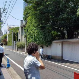 自宅前に集まった報道陣