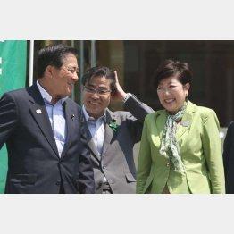 街宣車の上で談笑する長島氏、若狭氏と小池知事(C)日刊ゲンダイ