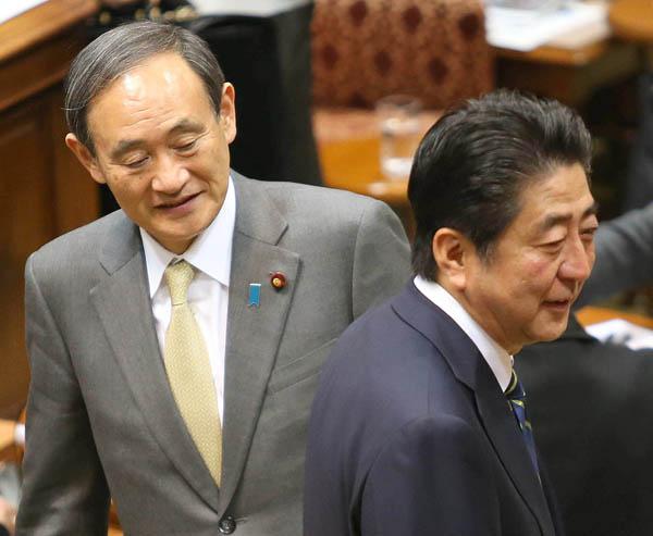 逃げ回る(C)日刊ゲンダイ